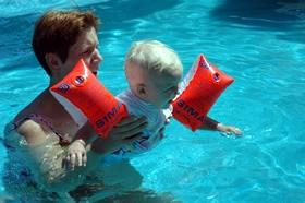 met Roos in 't zwembad