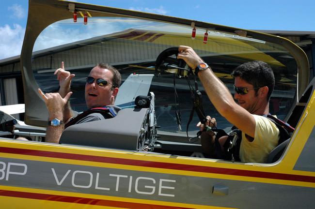 Jan enVincent bij aankomst na 15 minuten stuntvliegen