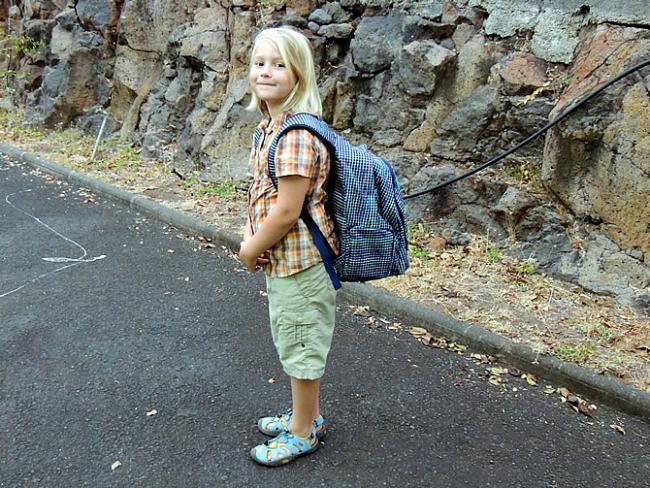 Roos met rugzak, klaar voor eerste schooldag