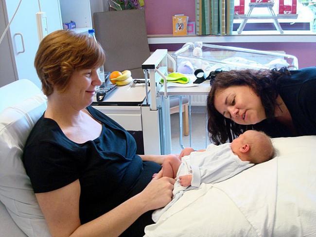 Katja, Emma en Kristel daags na de geboorte