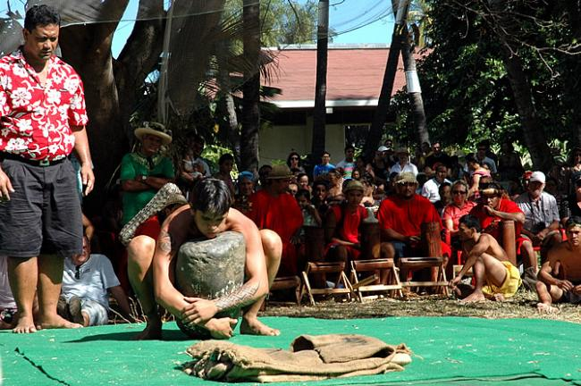 Heffen van rotsblok (80kg) tijdens Heiva Tahiti