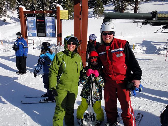 Kristel en Sara met ski-leraar Marc