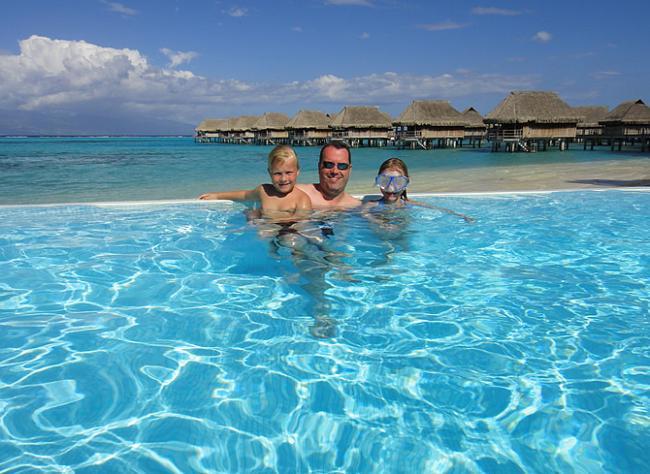 Roos, Jan en Sara in het Sofitel Moorea zwembad