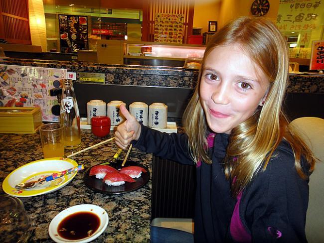 Sara eet sushi