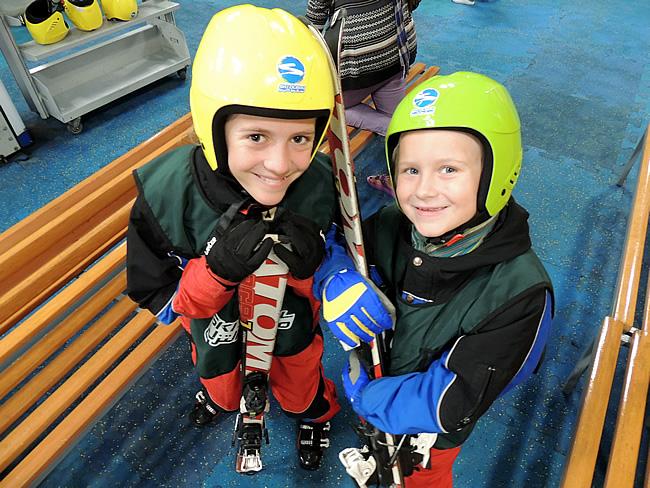 Sara en Roos voor de eerste ski-les