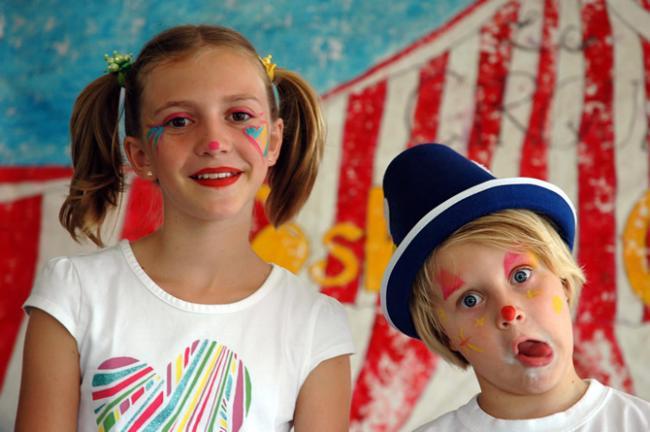 Sara en Roos op circus stage in Tahiti