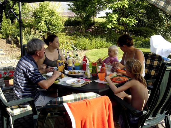 Jacques, Kristel, Roos, Griet en Sara in de tuin