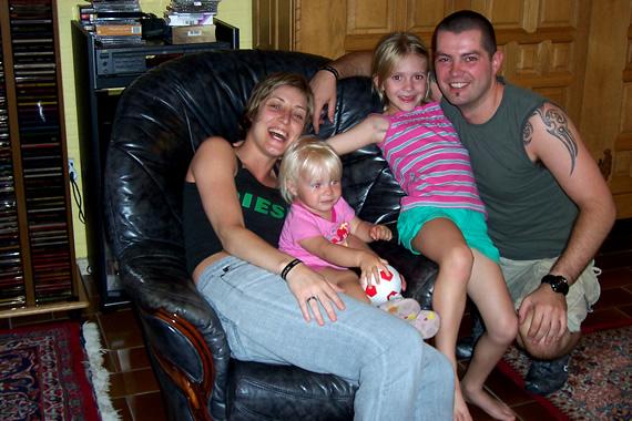 Annick, Roos, Wim en Sara in de zetel