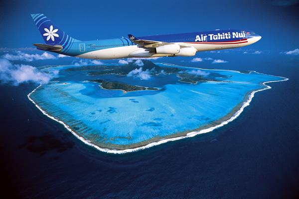 Air Tahiti Nui A340-300 met Bora Bora op achtergrond