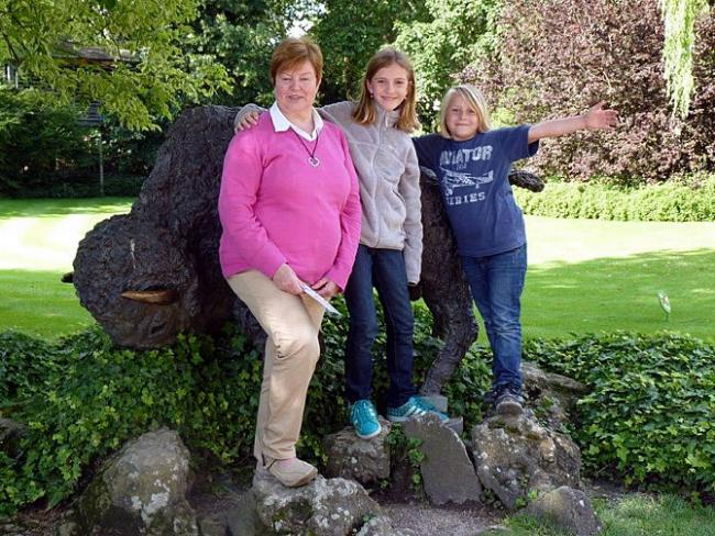 Oma, Sara en Roos in de Zoo van Antwerpen